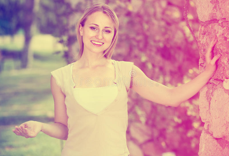 Loseup  Ñ счастливой молодой женщины стоя outdoors стоковое изображение