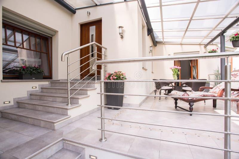 Losgemaakt huis met comfortabel terras royalty-vrije stock foto's