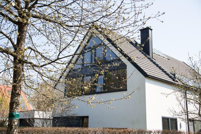 Losgemaakt huis met glasvoorgevel royalty-vrije stock foto
