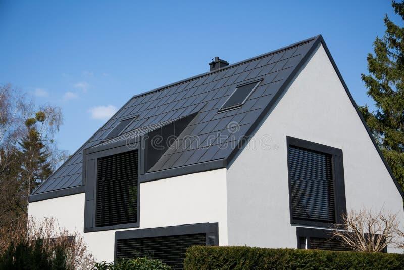 Losgemaakt huis met glasvoorgevel royalty-vrije stock afbeelding