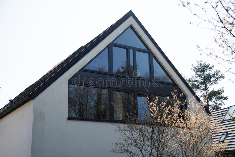 Losgemaakt huis met glasvoorgevel royalty-vrije stock foto's