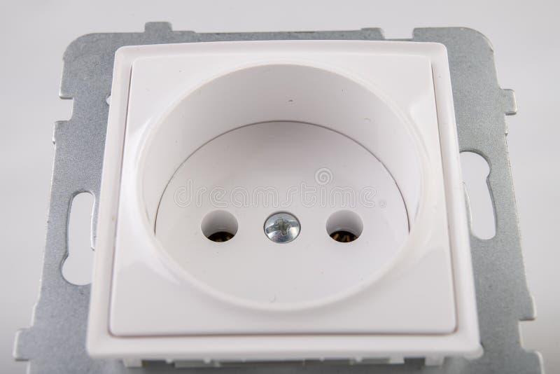 Losgeschroefte elektrocontactdoos Toebehoren en componenten voor de elektricien nodig voor assemblage in een losgemaakt huis stock foto's