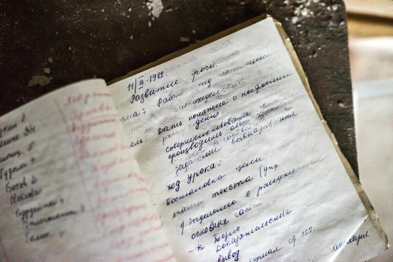 Lost在被放弃的学校打开了笔记本在Pripyat 免版税库存图片