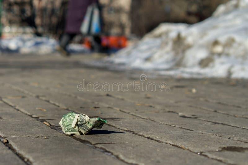 Lost скомкал доллар на улице стоковые изображения rf