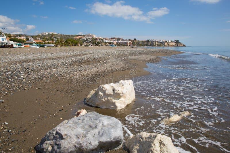 Losu Angeles Cala Del Morał plaża na wschód od Malaga i zbliża Rincon de los angeles Wiktoria na Costa Del Zol Hiszpania z białym zdjęcia stock