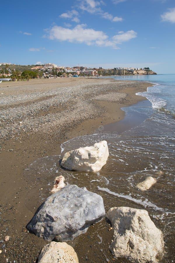 Losu Angeles Cala Del Morał plaża na wschód od Malaga i zbliża Rincon de los angeles Wiktoria na Costa Del Zol Hiszpania z białym obrazy royalty free