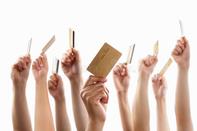 Lot Hände, die GoldKreditkarte anhalten lizenzfreie stockfotografie