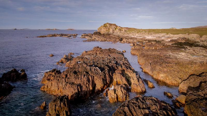 Lot nad pięknym skalistym wybrzeżem Malina głowa w Irlandia obrazy royalty free