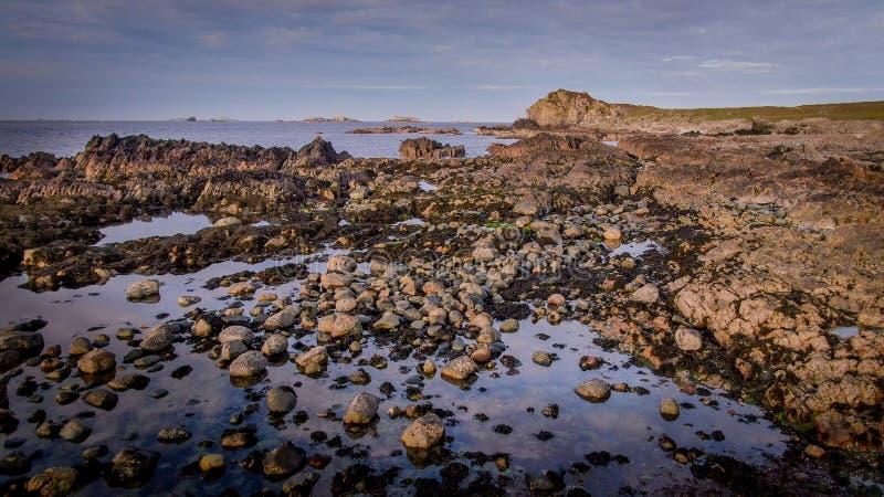 Lot nad pięknym skalistym wybrzeżem Malina głowa w Irlandia obrazy stock