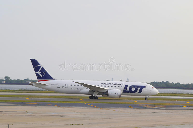 LOT Polish Airlines Boeing 787 opodatkowywa w JFK lotnisku w NY obraz royalty free