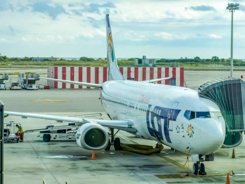 LOT Polish Airlines Boeing tijdens draai rond in de luchthaven van Barcelona in Spanje stock foto's