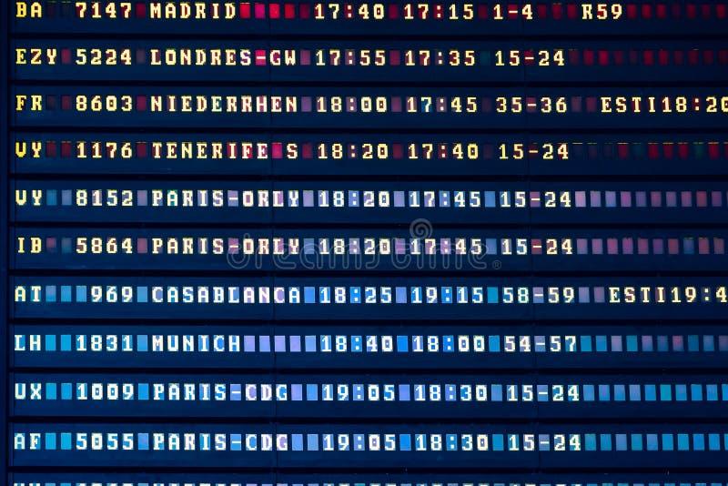 Lota odjazd I przyjazd informaci deska W Lotniskowym Terminal zdjęcie royalty free