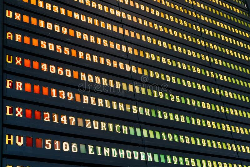 Lota odjazd I przyjazdy samolot informaci deska W lotnisku obrazy stock