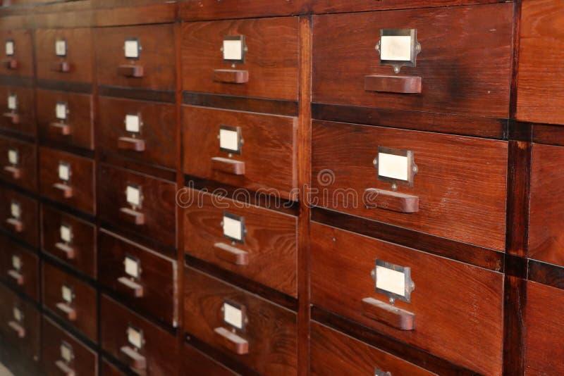 Lote da gaveta de madeira, usado armazenando ervas tradicionais fotos de stock royalty free