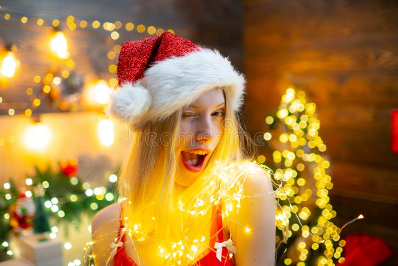 Lote das luzes Momento m?gico Celebra??o do Natal Paz e alegria do amor pelo ano inteiro Festa de Natal do chap?u de Santa da men fotos de stock