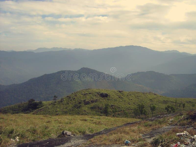 Lote das montanhas que olham através de minha câmera imagens de stock