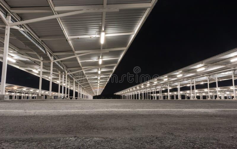 Lote de estacionamento na noite imagem de stock