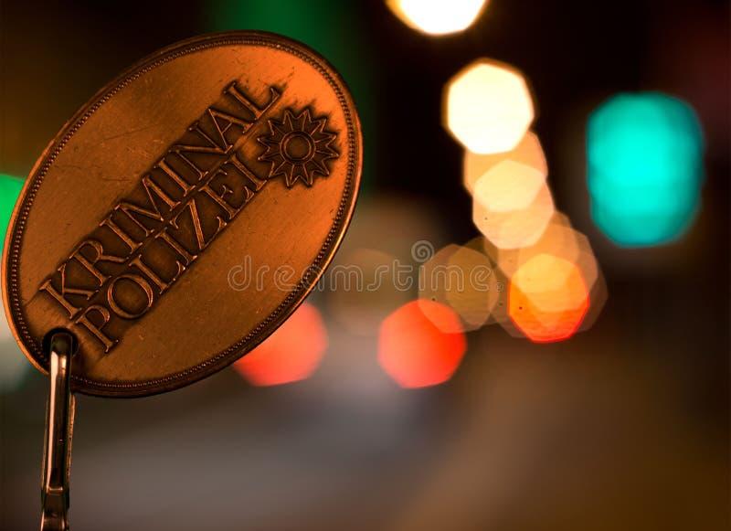 Lote de Policel delante de luces de la ciudad por noche fotografía de archivo