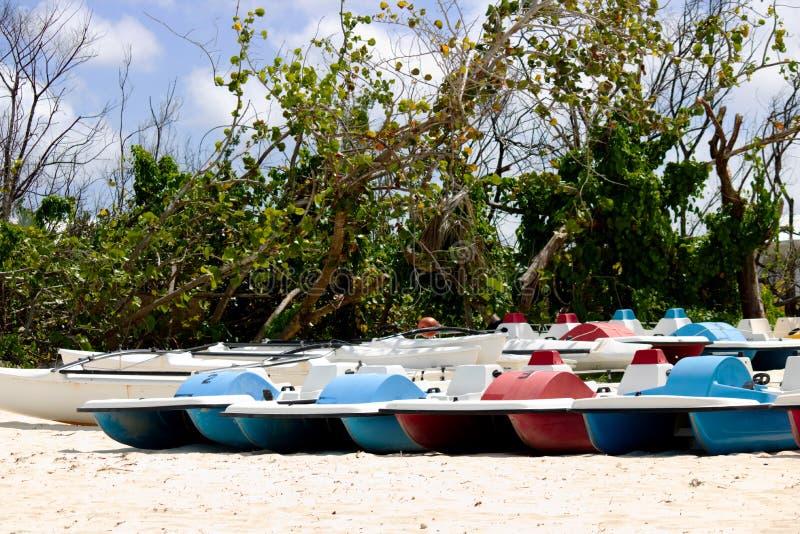 Lote do barco colorido do pedal na praia foto de stock royalty free