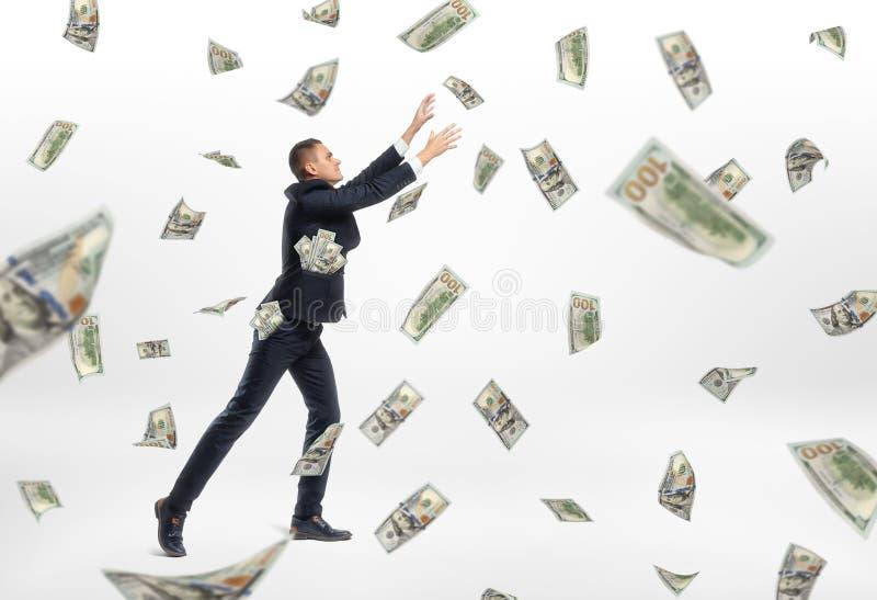 Lote do voo e do homem de negócios do dinheiro do dinheiro que travam os fotos de stock royalty free