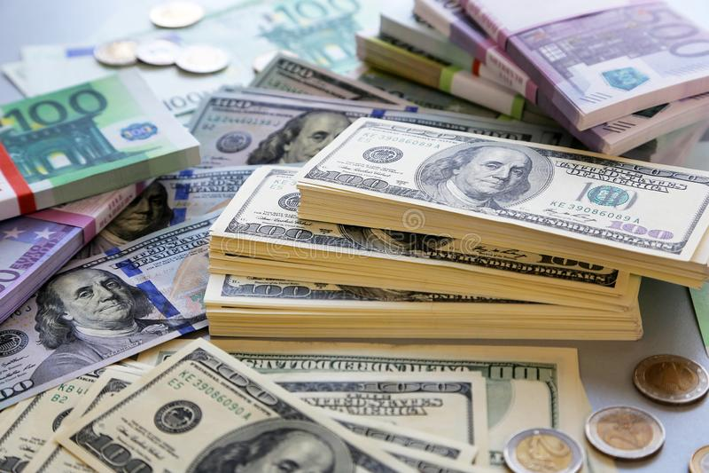 Lote dos dólares e dos euro foto de stock royalty free