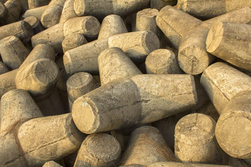 lote dos tetrapods concretos cinzentos próximos acima Barreira do tsunami fotografia de stock royalty free