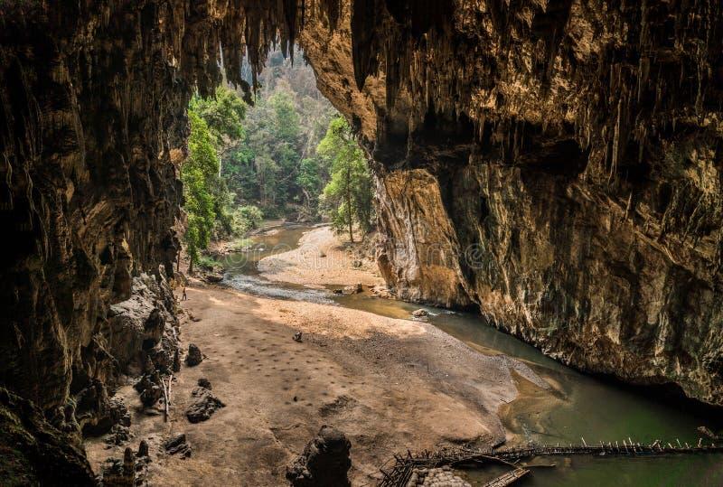Lote natural surpreendente de Tham da caverna da estalactite em Tailândia fotos de stock