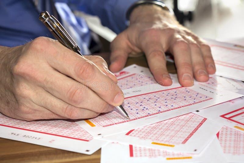 Loterie de jeu d'homme photos libres de droits