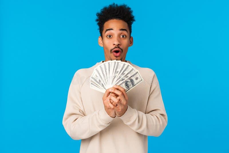 Loterij, weddenschap en financiering Verbijsterd en verbijsterd gelukkig afrikaans-amerikaans man kreeg veel geld, winnende prijs stock afbeeldingen
