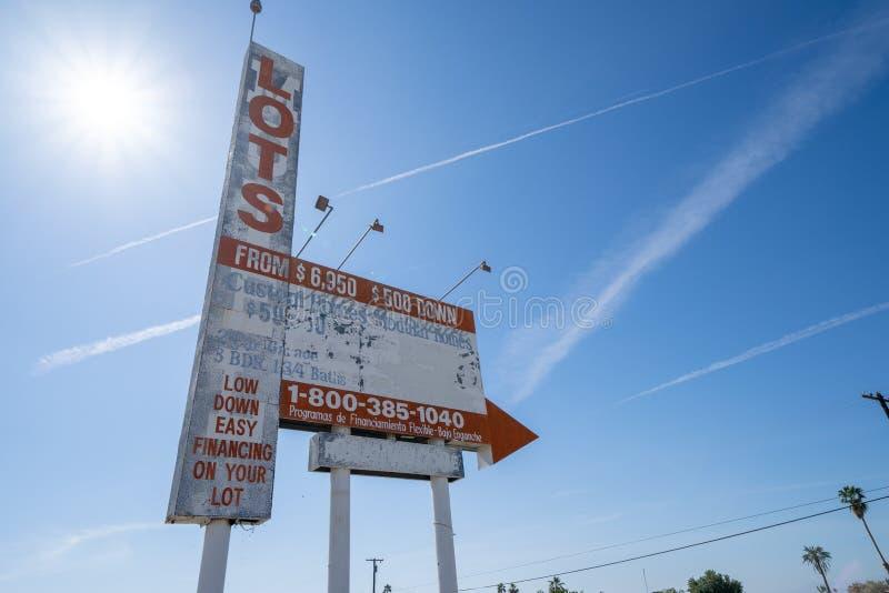 Lotes baratos da propaganda velha, oxidada do sinal para a venda perto da ?rea de mar de Salton de Calif?rnia fotografia de stock
