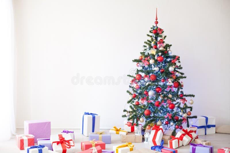 Lotes da árvore de Natal dos presentes a decoração do ano novo fotografia de stock royalty free