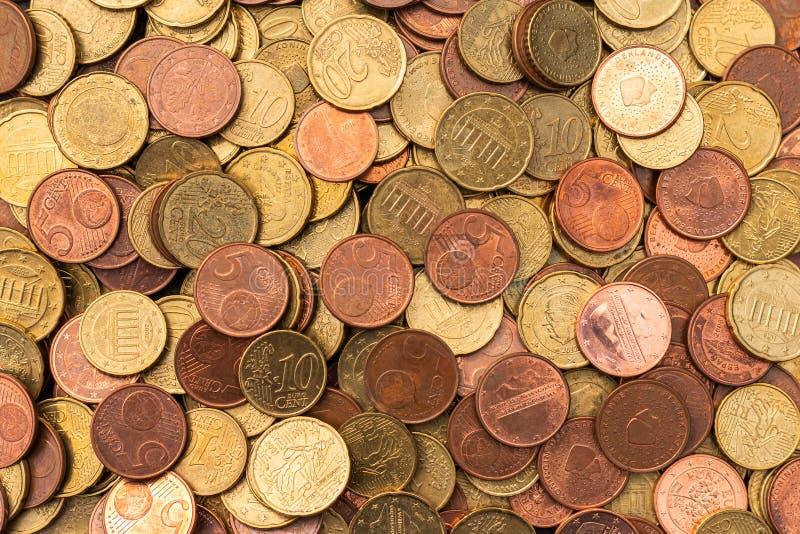 Lotes das euro- moedas coloridas de cobre imagem de stock