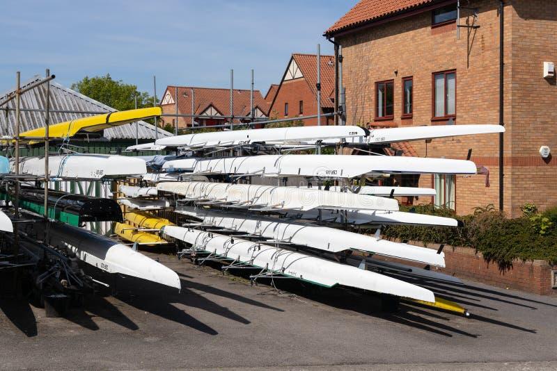 Lotes de barcos skulling pelo rio Avon em Bristol o 14 de maio de 2019 imagens de stock