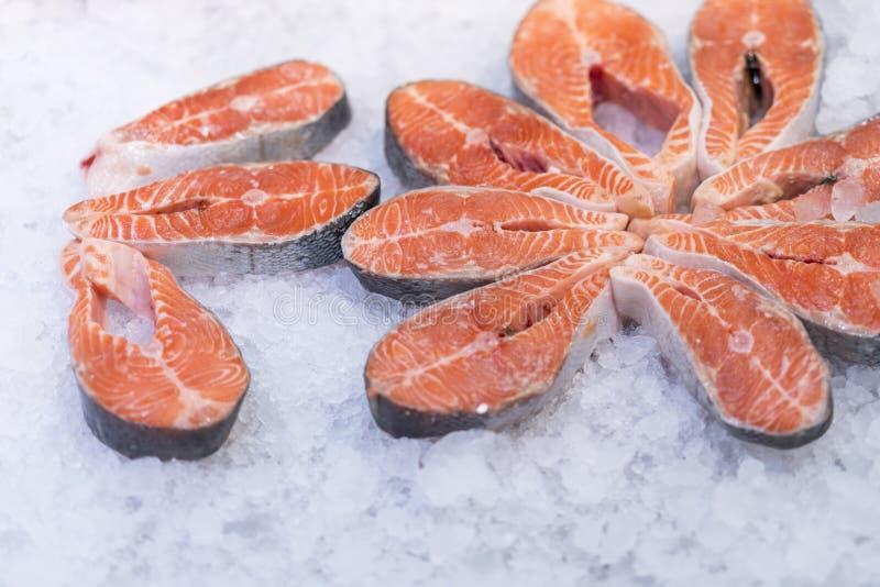 Lotes de bifes salmon crus frescos no gelo no supermercado Salmões crus frescos no gelo Salmões crus das partes grandes Peixes no imagens de stock royalty free