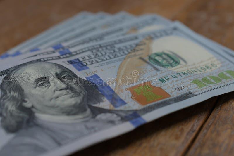 Lotes de cédulas do dólar americano com 100 notas da conta quanto para a financeira e ao negócio, moeda fotografia de stock royalty free