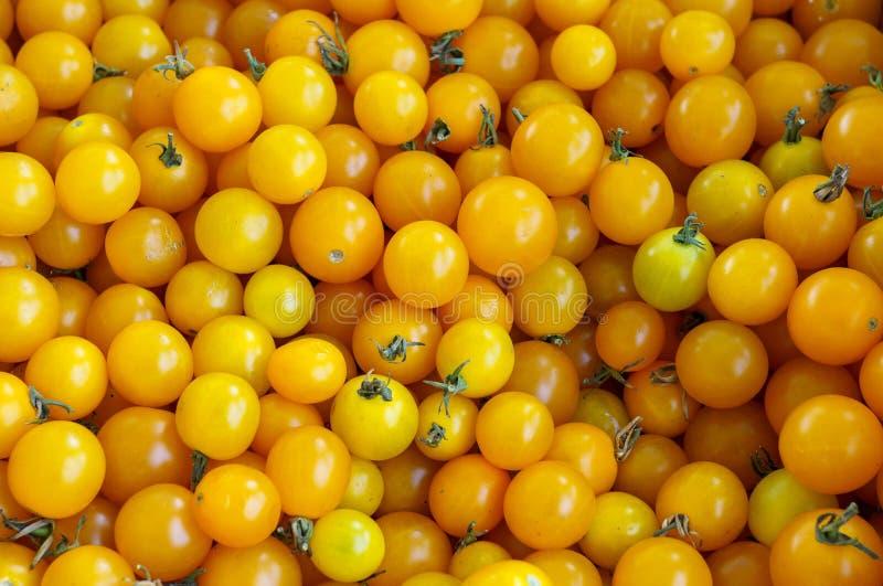 Lotes de Cherry Tomatoes amarelo BC fresco no mercado fotografia de stock
