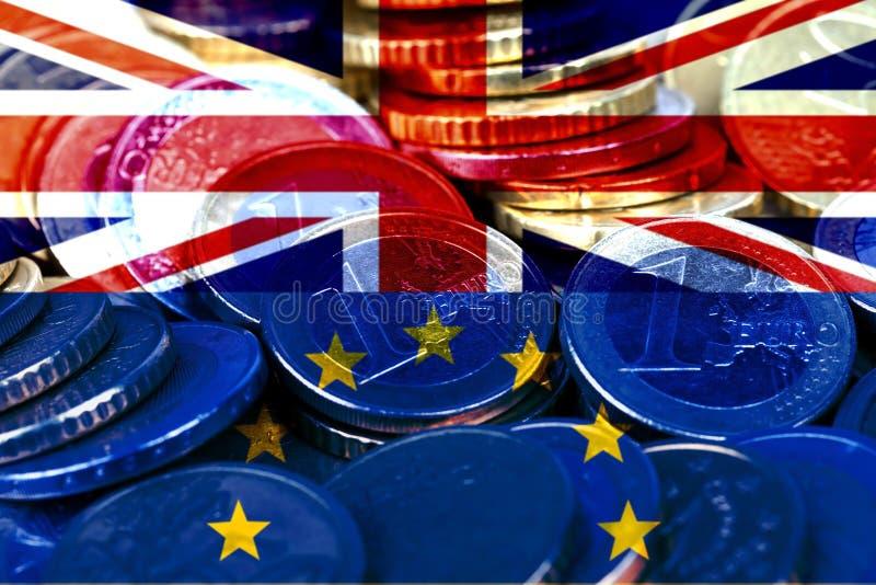 Lotes de euro- moedas com as bandeiras do Reino Unido e da Comunidade Europeia imagem de stock