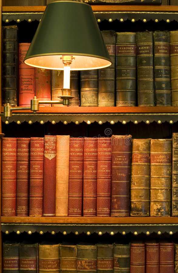 Lotes de livros velhos em uma biblioteca foto de stock