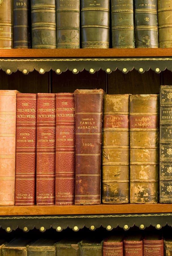 Lotes de livros velhos em uma biblioteca imagens de stock