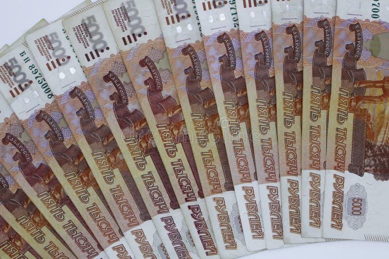 Lotes do dinheiro do russo as c?dulas v?m nas denomina??es de cinco mil close-up das c?dulas imagem de stock royalty free