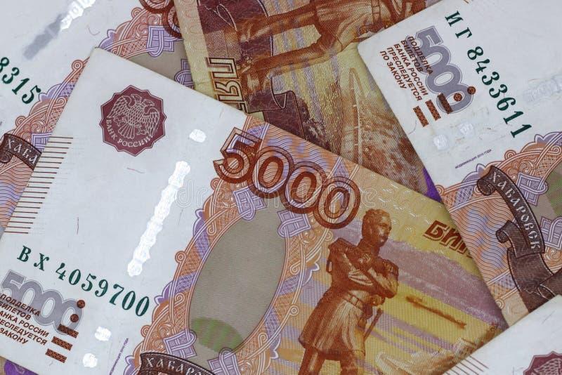 Lotes do dinheiro do russo as c?dulas v?m nas denomina??es de cinco mil close-up das c?dulas imagem de stock