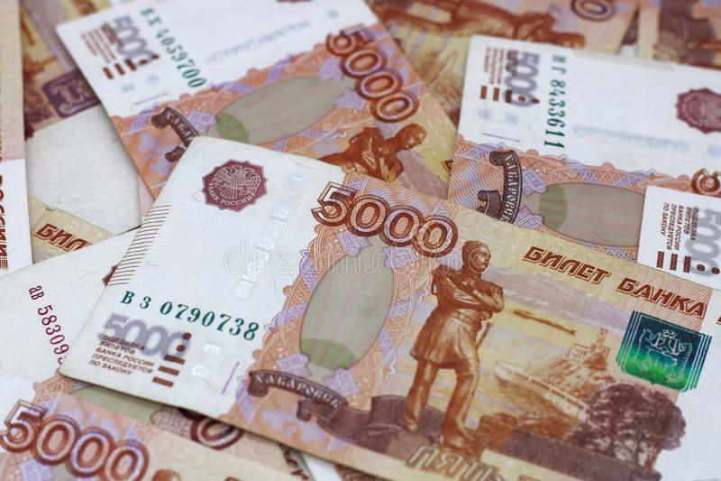 Lotes do dinheiro do russo as c?dulas v?m nas denomina??es de cinco mil close-up das c?dulas fotografia de stock royalty free