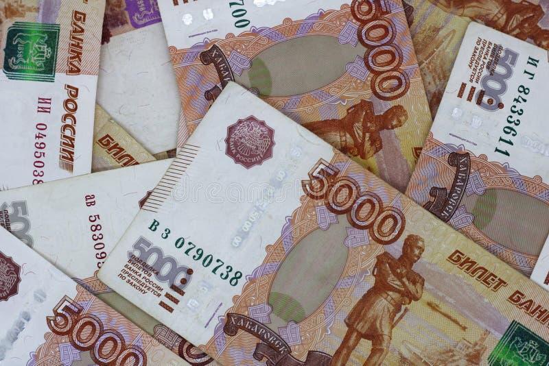 Lotes do dinheiro do russo as c?dulas v?m nas denomina??es de cinco mil close-up das c?dulas fotos de stock