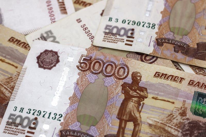 Lotes do dinheiro do russo as c?dulas v?m nas denomina??es de cinco mil close-up das c?dulas fotografia de stock