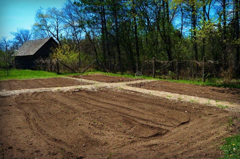 Lotes do jardim lavrados recentemente foto de stock