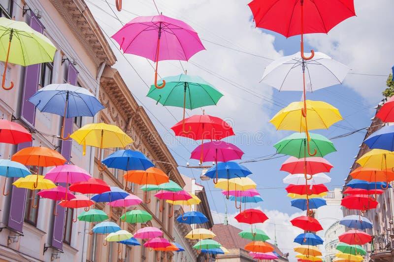 Lotes dos guarda-chuvas que colorem o c?u na cidade imagem de stock royalty free