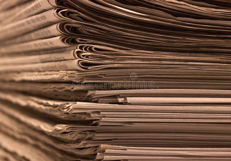Lotes dos jornais foto de stock royalty free
