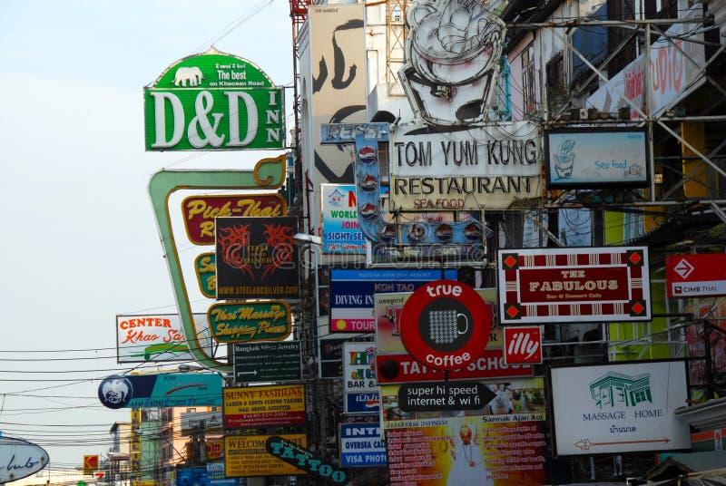 Lotes dos quadros de avisos em Khao San fotos de stock
