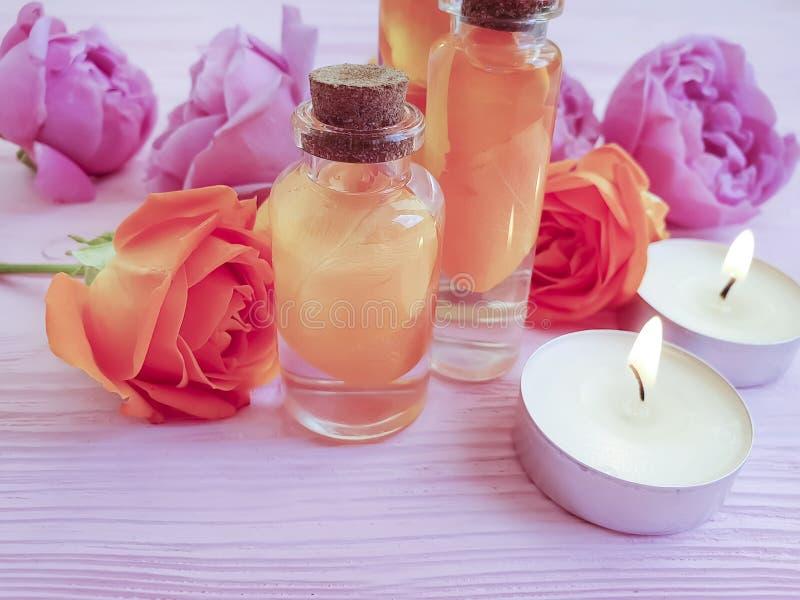 Lotion d'extrait de Rose, station thermale de bougie sur la santé en bois de fond photos libres de droits