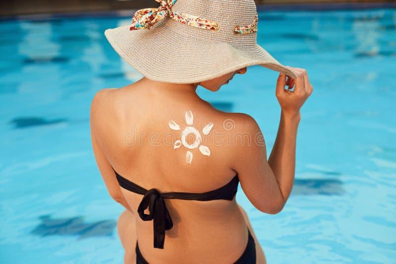 Lotion de bronzage Jeune femme sexy dans le bikini appliquant la crème solaire de protection solaire Protection de Sun Cr?me de S images libres de droits